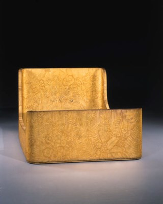 A FINE CARVED AND GOLD-LACQUER