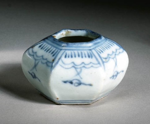 A BLUE AND WHITE JARLET