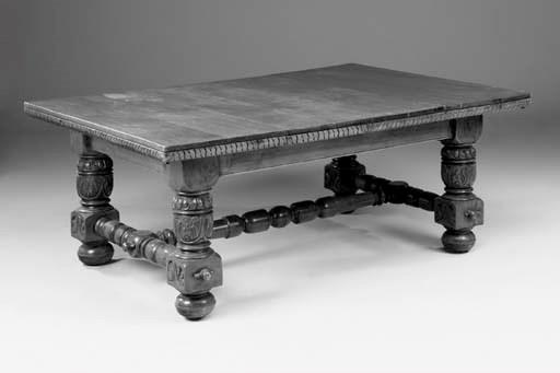 An oak extending dining table,