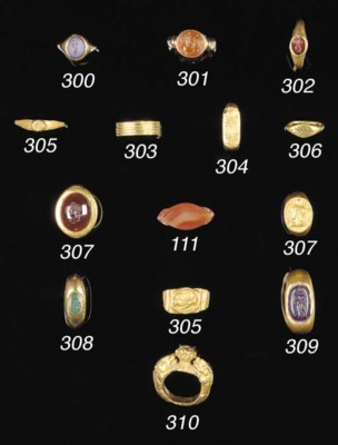 AN EGYPTIAN HOLLOW GOLD RING O
