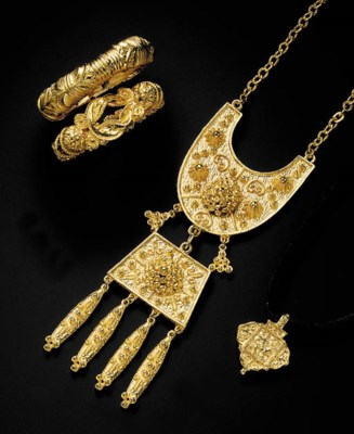 A GROUP OF GILT METAL JEWELRY