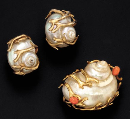 A SET OF SHELL JEWELRY