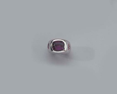 A WHITE GOLD RING AND A PAIR O