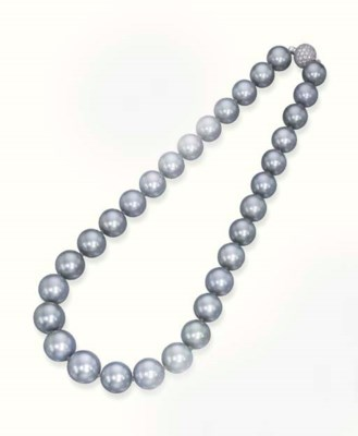 A TAHITIAN CULTURED PEARL NECK