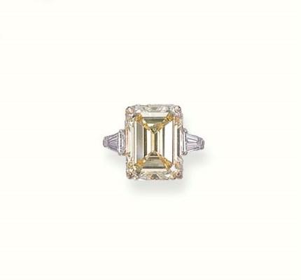 A COLOURED DIAMOND RING