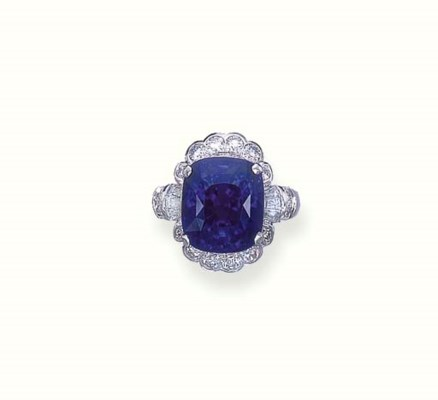 AN ATTRACTIVE SAPPHIRE RING