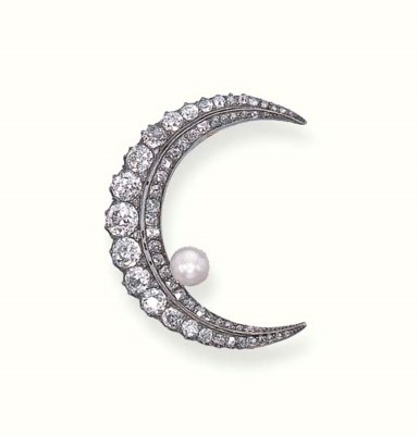 A DIAMOND AND PEARL BROOCH