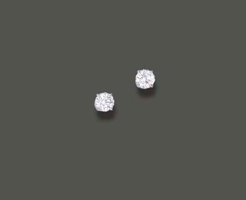 A PAIR OF DIAMOND EAR STUDS, B