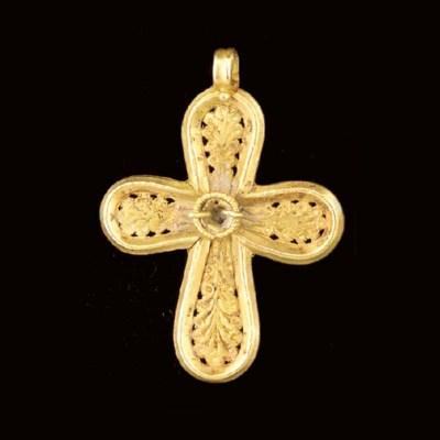 A BYZANTINE GOLD PENDANT CROSS