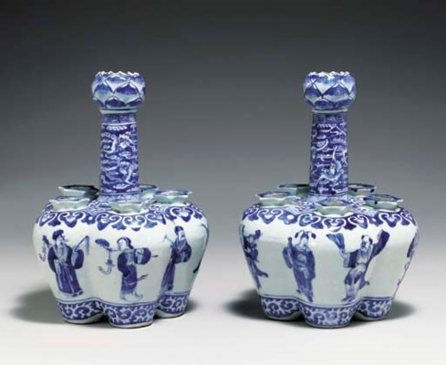 A PAIR OF BLUE AND WHITE PORCE