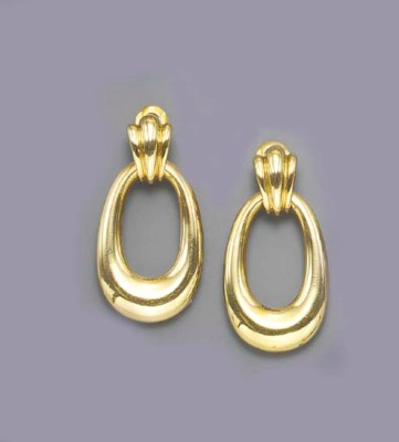 A PAIR OF GOLD EAR PENDANTS, B