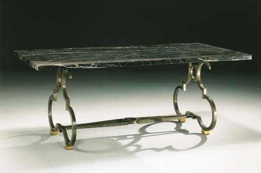 TABLE EN MARBRE ET FER FORGE,