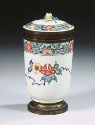 A Chantilly soft-paste porcela