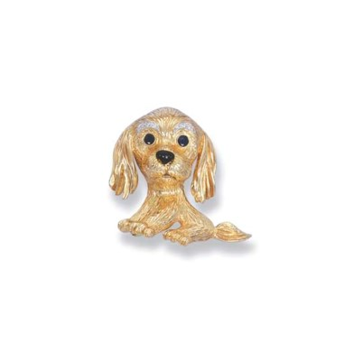 AN 18K YELLOW GOLD DOG BROOCH,