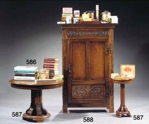 (a lot) An oak cupboard