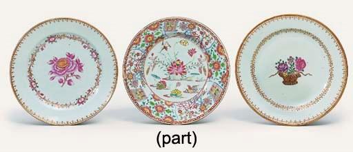 FIVE VARIOUS FAMILLE ROSE PLAT