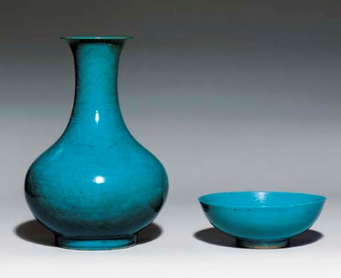 A TURQUOISE-GLAZED BOTTLE VASE