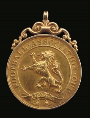 A 18CT GOLD COMMEMORATIVE F.A.