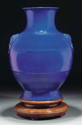 A blue glazed hu vase, 18th/19