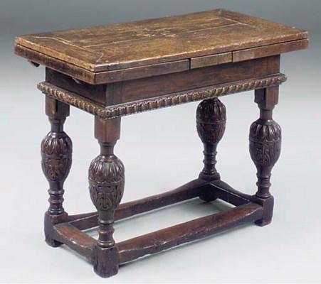 AN ENGLISH OAK DRAW LEAF TABLE