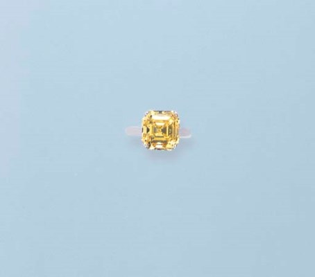 A FANCY VIVID YELLOW DIAMOND S