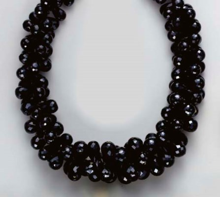 A BLACK SPINEL AND GOLD NECKLA