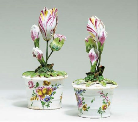 A PAIR OF BOW PORCELAIN FLOWER