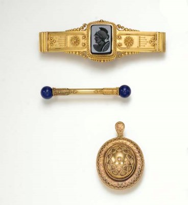 A GROUP OF ANTIQUE GOLD JEWELR