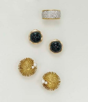 A GROUP OF JEWELRY