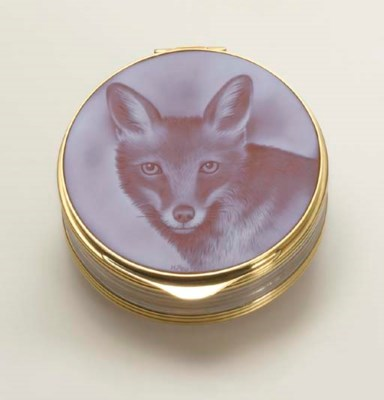A CARVED HARDSTONE CAMEO BOX,