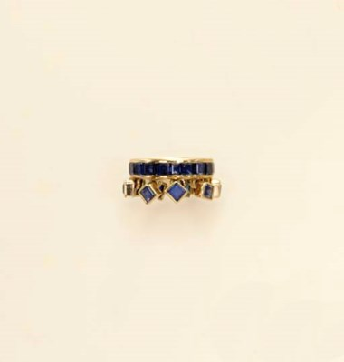 A SAPPHIRE AND GOLD RING BAND,
