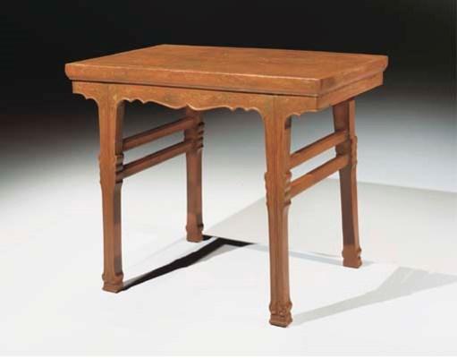 TABLE EN BOIS LAQUE
