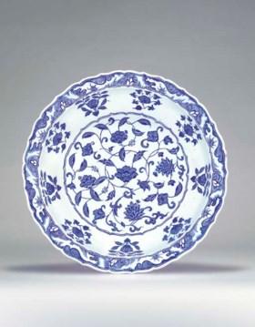 A LARGE IZNIK BLUE AND WHITE POTTERY DISH