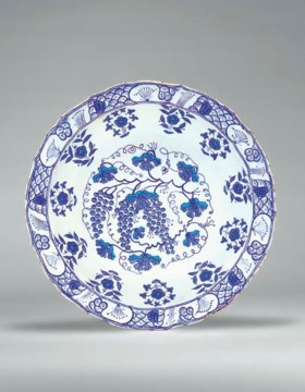 AN IZNIK BLUE AND WHITE POTTERY DISH
