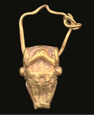 A CYPRIOT GOLD PENDANT EARRING