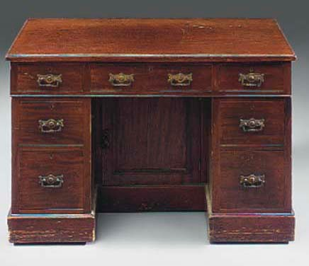 A LATE VICTORIAN KNEEHOLE DESK