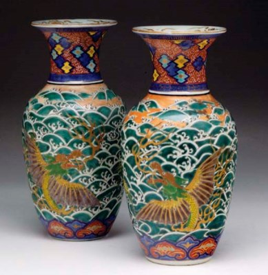 A PAIR OF JAPANESE BALUSTER VA