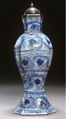 A BLUE AND WHITE FLORAL VASE C