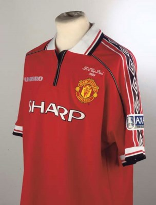 A RED MANCHESTER UNITED SHORT-