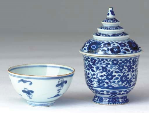 A CHINESE BLUE AND WHITE PORCE