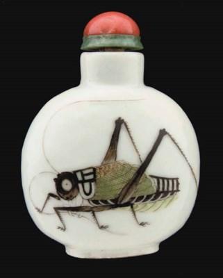 A Chinese porcelain snuff bott
