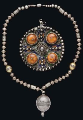 AN AMBER PENDANT AND SILVER NE