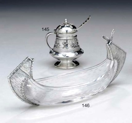 A SILVER MUSTARD POT WITH SPOO