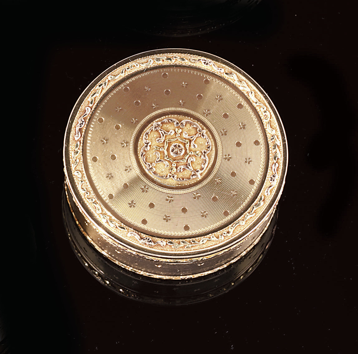 A LOUIS XVI THREE-COLOUR GOLD BONBONNIÈRE