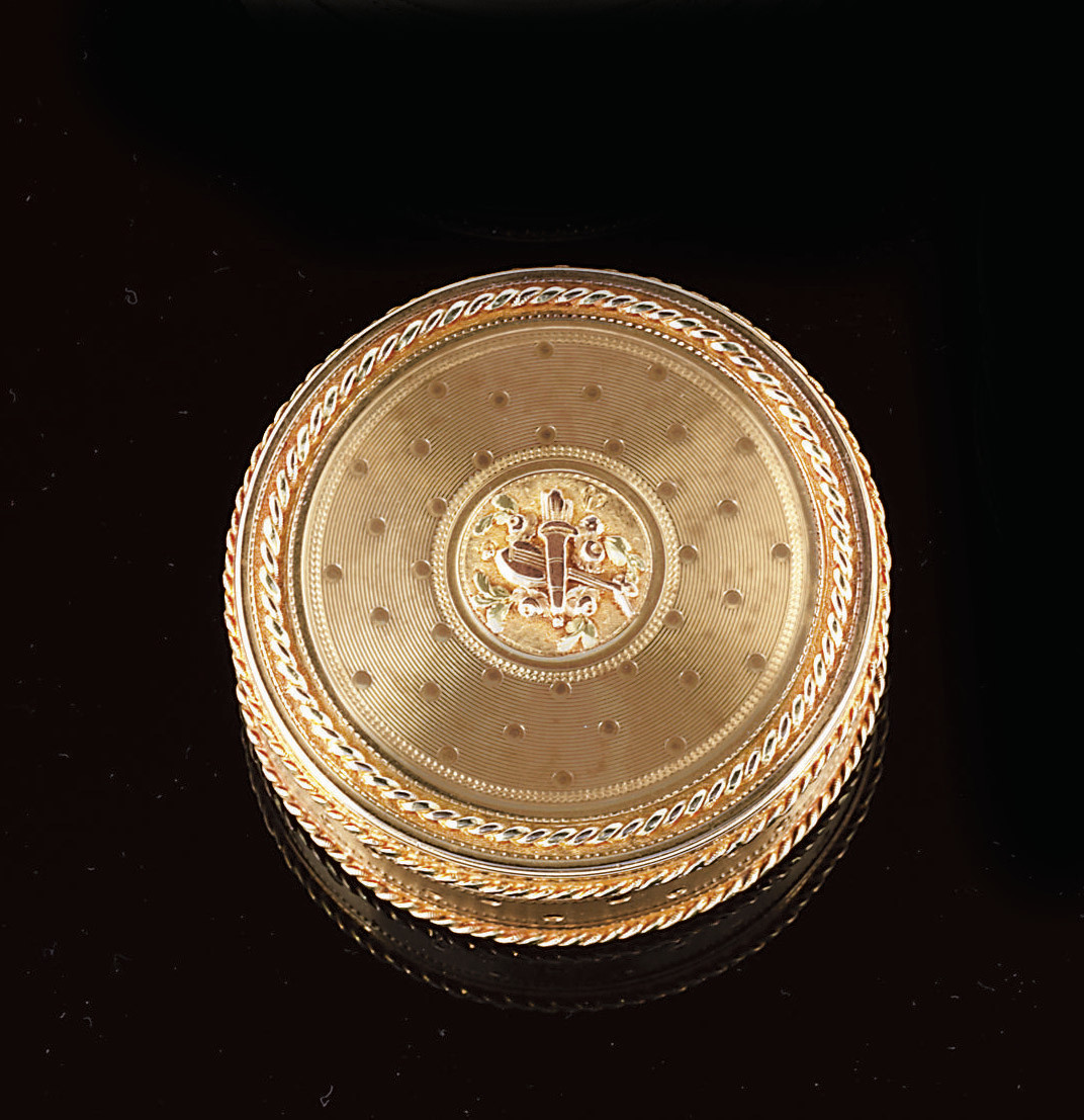 A LOUIS XVI THREE-COLOUR GOLD BONBONNIÈRE
