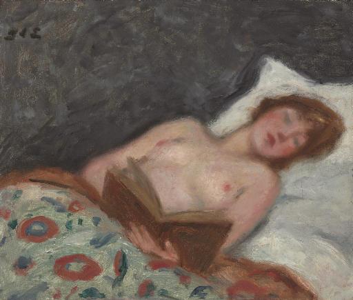 Jeune femme lisant au lit