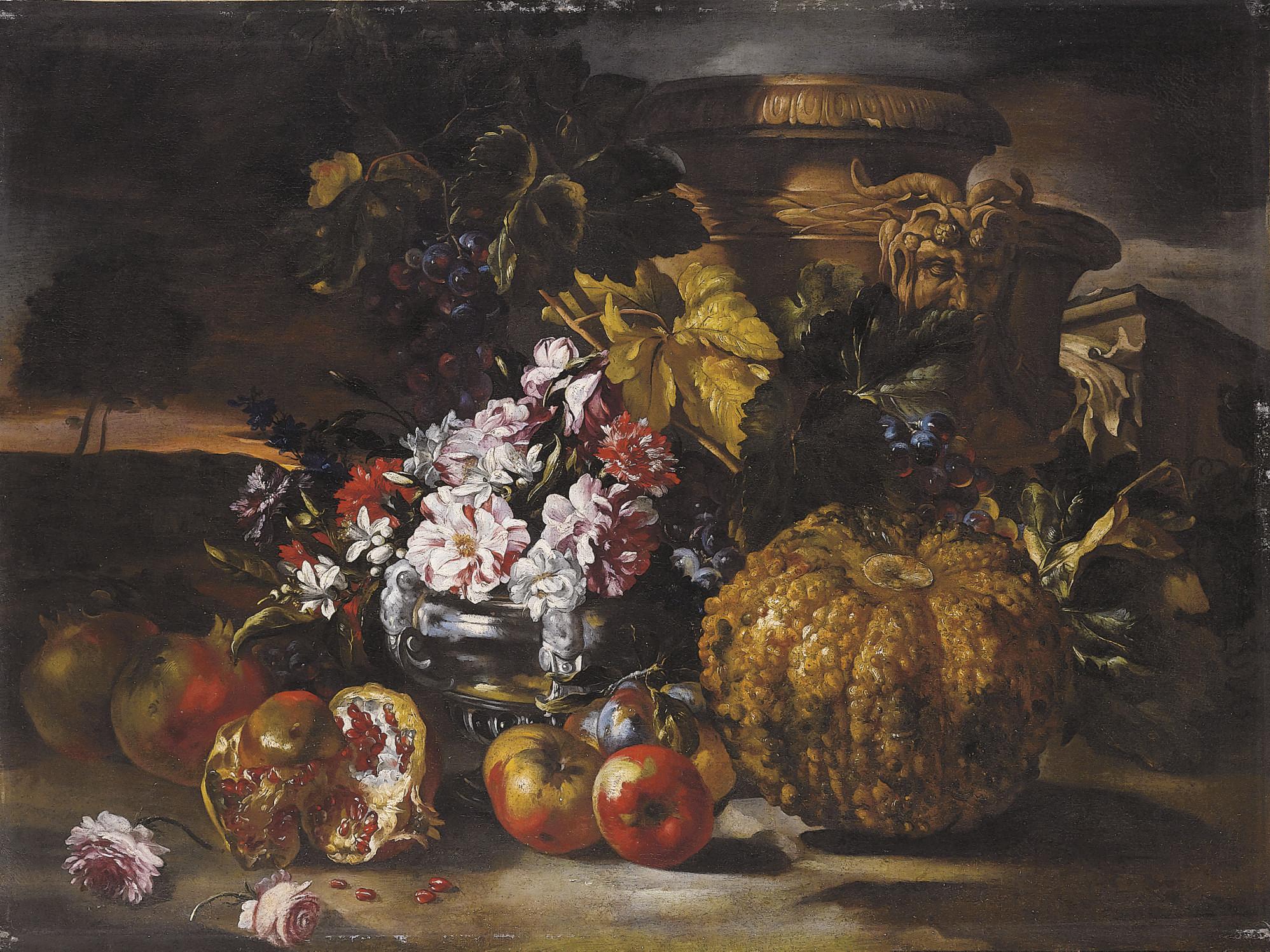 Rose e garofani in un vaso d'argento con uva e melograne su sfondo di paesaggio