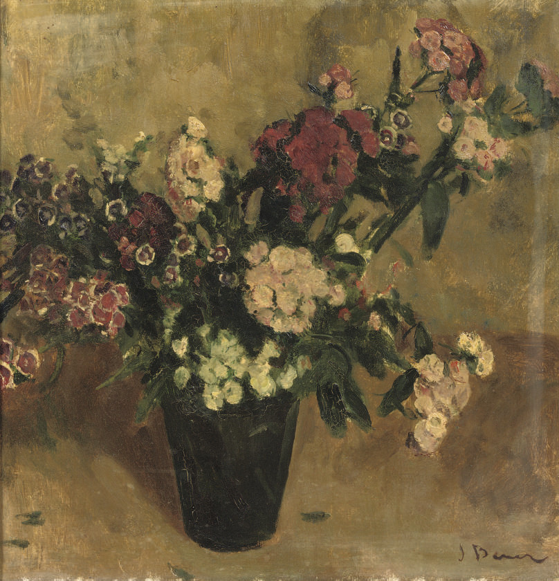 A bouquet of red and pink flowers
