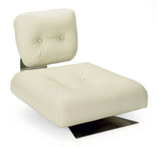 A CREAM LEATHER UPHOLSTERED LOUNGE CHAIR,