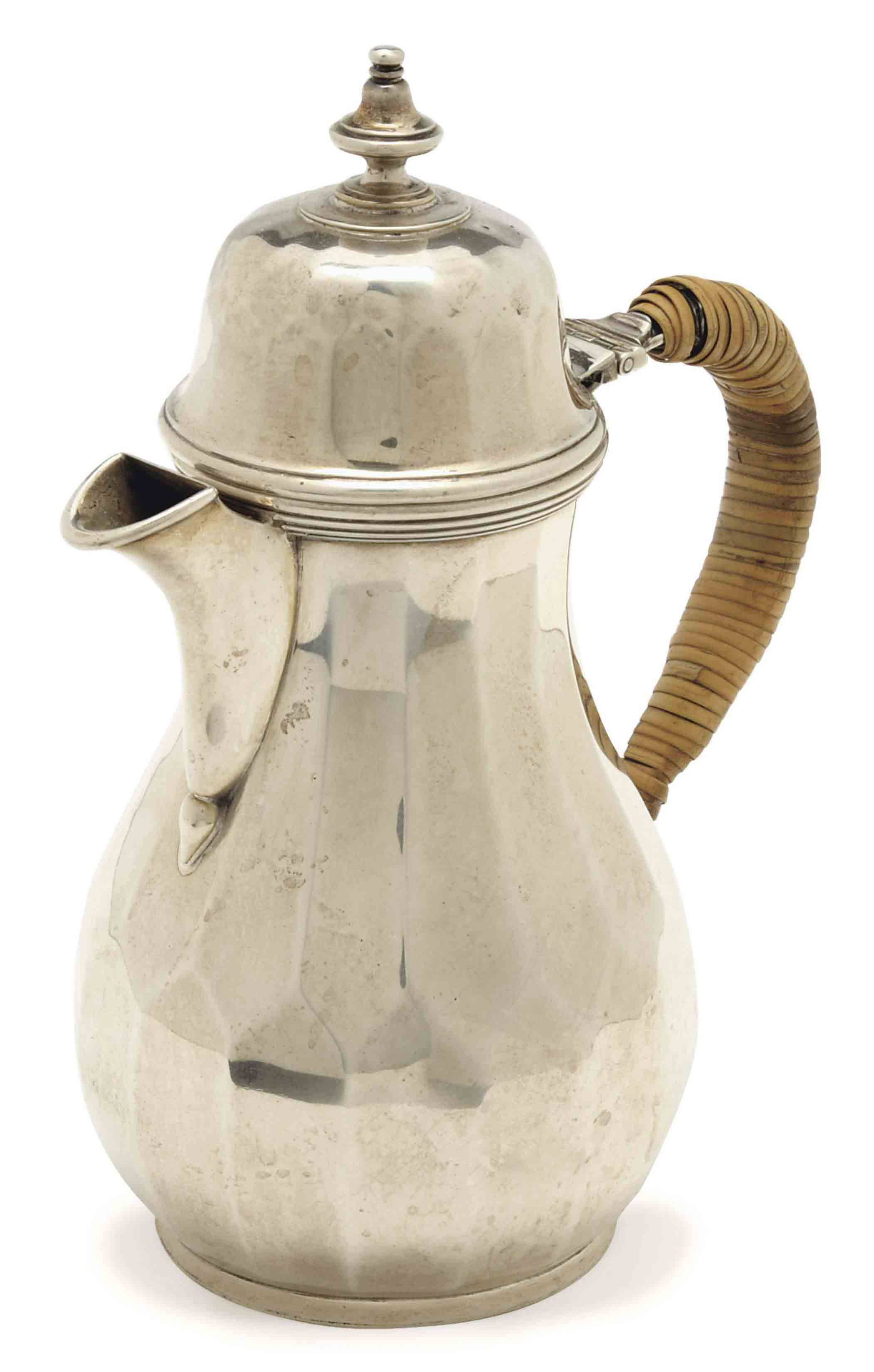 A GEORGE V SILVER HOT MILK JUG WITH HINGED COVER AND CANE HANDLE,
